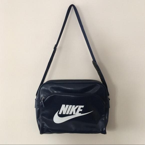 23616cfbb4 ... Nike Heritage SI Track Messenger Bag. M 5a4ecd27f9e5014c9c0003a4